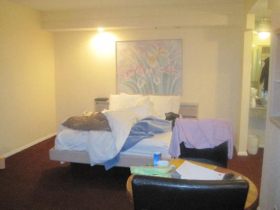 Wilshire Crest Hotel: room
