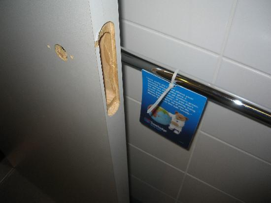Travelodge London Tower Bridge: Door not locking - solution?