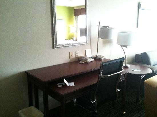 Hawthorn Suites by Wyndham Cedar Rapids: Office/desk area