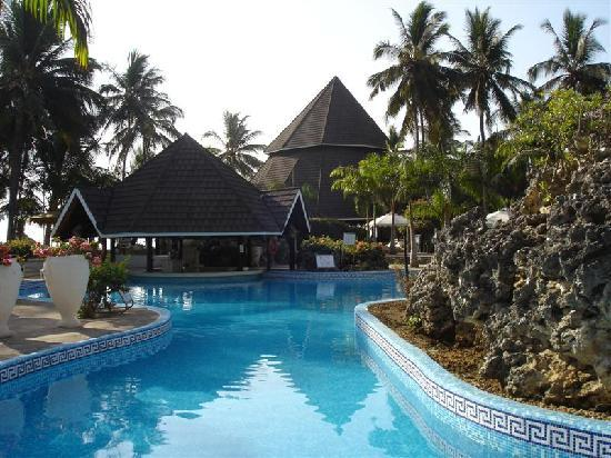 Diani Reef Beach Resort &amp; Spa: Part of the pool area