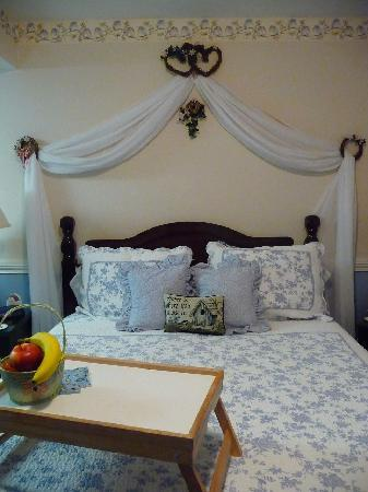 MacQueen's Manor Bed &  Breakfast: This is the romantic blue room.