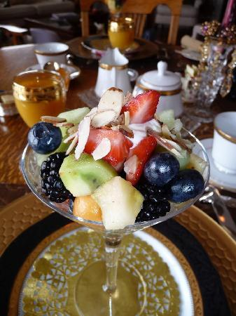 MacQueen's Manor Bed &  Breakfast: Morning fruit salad lovingly presented.