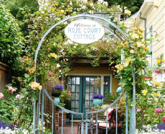 Rose Court Cottage: Guest private courtyard filled with roses