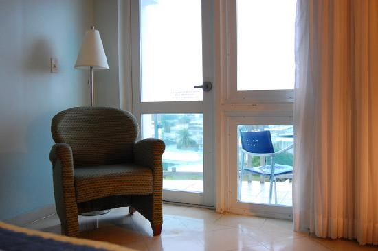 Hatillo, Puerto Rico: Nice glass door and window facing the Atlantic Ocean