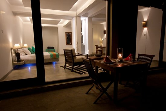 Buckingham Place: 'Hichi Mama House' bedroom. dining outside at night