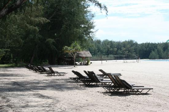 Tanjung Rhu Resort: Beach in front of adult pool