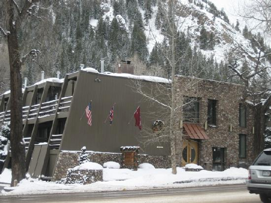 Aspen Mountain Lodge: Froont of house on Main St West