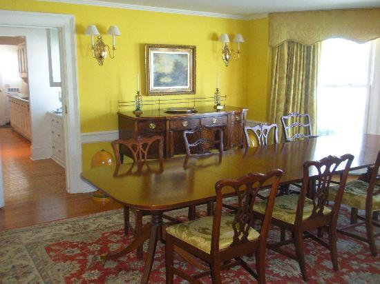 Hobbit Hollow B&amp;B: dining room