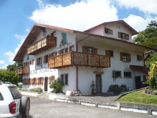 Hotel Los Heroes: Authentic Swiss Chalet in Arenal area