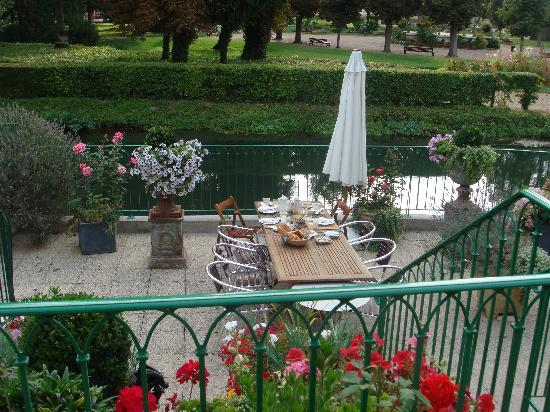 Loches, France : The patio at Logis du bief