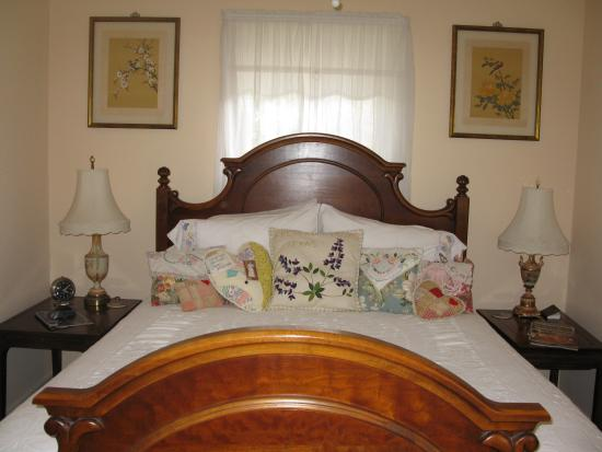 Lillie Marlene, A Fredericksburg, Texas Guesthouse: The cozy bedroom