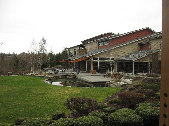 SeaTac, WA: Main building with restaurant, landscaped grounds