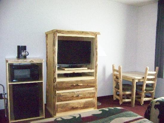 North Park Inn & Suites: fridge, microwave, coffee, log furniture
