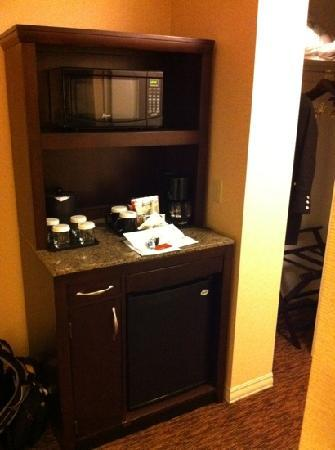 Hilton Garden Inn St Louis Airport: microwave, fridge, coffee (biz king room)