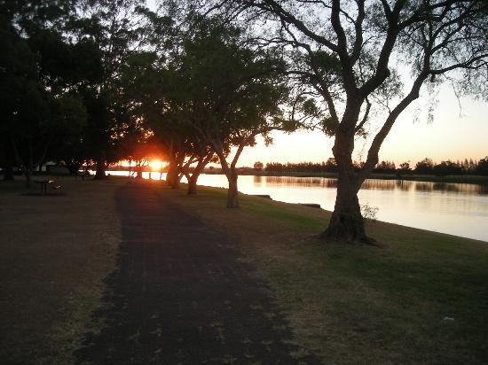 Peaceful Palms B&B: Sunset over the Hunter at Raymond Terrace
