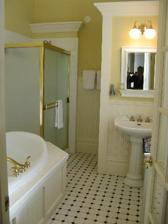 Healdsburg Inn - A Four Sisters Inn: bathroom