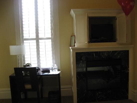 Healdsburg Inn - A Four Sisters Inn: fireplace and desk by window