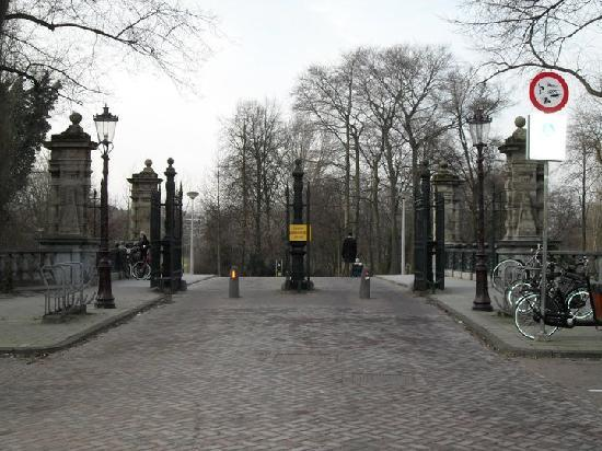 Borgmann Villa Hotel: Entrance of Vodelpark next to the Hotel