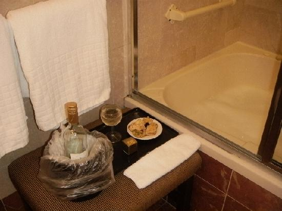 Haywood Park Hotel : A FAB bathroom with a Jacuzzi!
