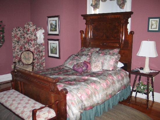 Hawthorn, A Bed & Breakfast: beautiful bed - lots of pillows!