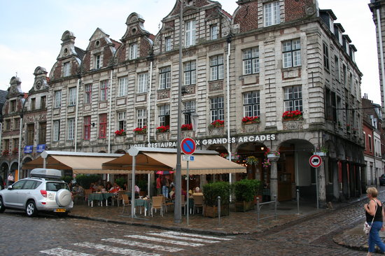 Arras, Frankrijk: Enjoying dinner with friends on the terrace.