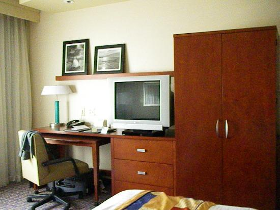 Courtyard by Marriott Thousand Oaks: Desk and commode