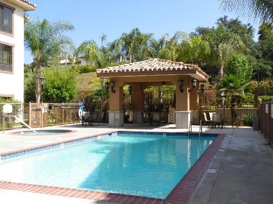 Courtyard by Marriott Thousand Oaks: Pool and hot tub