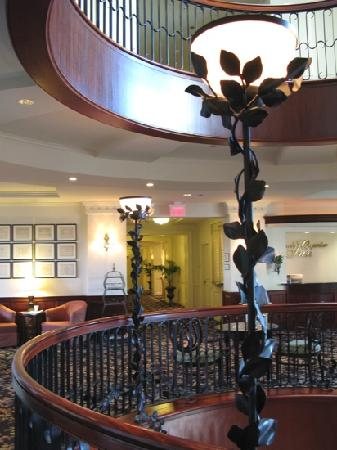 French Quarter Inn: lobby and sitting area