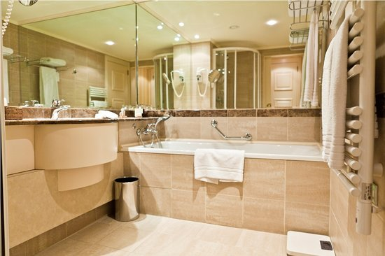 Le Chatelain Hotel: Bathroom