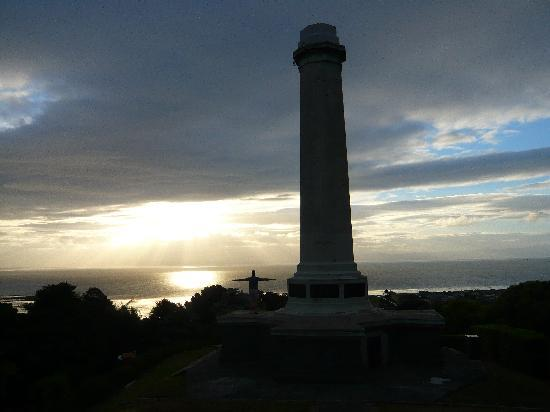 Ocean View on Thames: Sunset at the monument near Ocean View