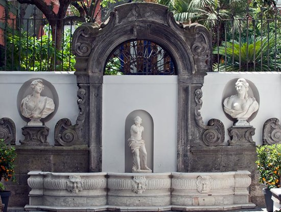 Hotel Piazza Bellini: ancient fountain