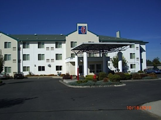 Motel 6 Redmond: We'll leave the light on for you!