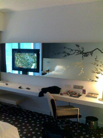 Hotel Barriere Lille: la tv et le bureau