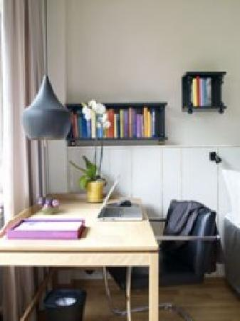 Mornington Hotel Stockholm City: Workdesk in every room