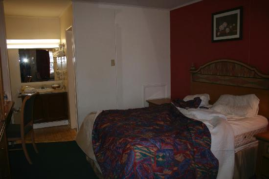 Lighthouse Inn: bed, vanity area