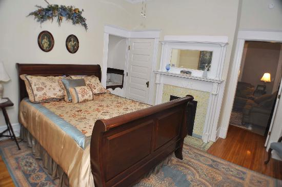 The Historic Morris Harvey House Bed and Breakfast: Rosa's Suite