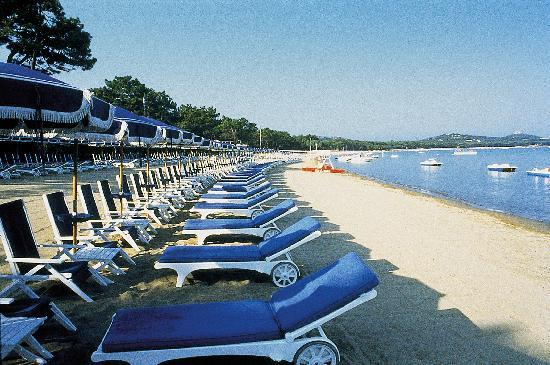 Gallia Palace Hotel Relais & Chateaux: Private fine sandy beach