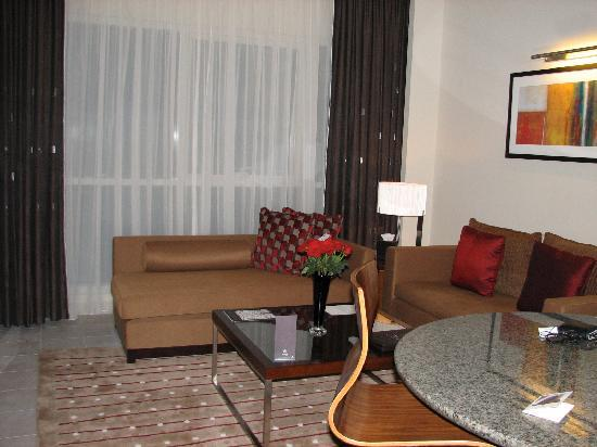 Grand Millennium Al Wahda: Apartment sitting area