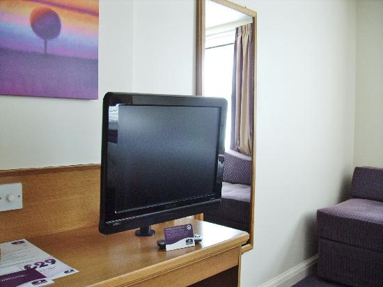 Premier Inn Caerphilly - Corbetts Lane: what is in the room 2