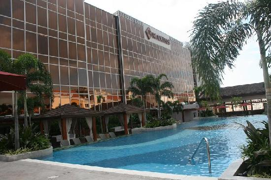 Maxims Tower - Resorts World Manila: Pool Area