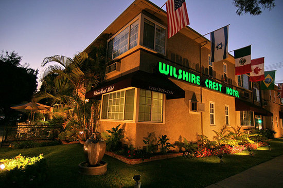 Wilshire Crest Hotel: Front of Hotel at Twilight