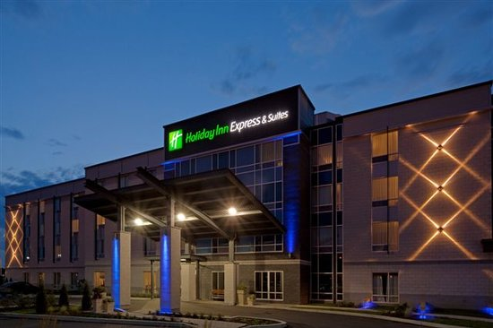 Holiday Inn Express & Suites Saint-Hyacinthe: Main entrance at night / Façade principale le soir