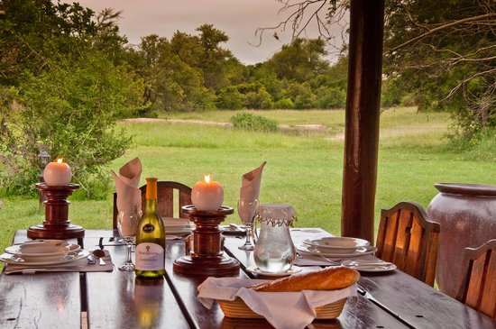 Monwana Game Lodge: Breakfast table with waterhole view