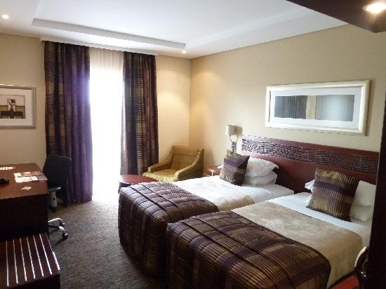 Kempton Park, Sudafrica: standard twin bed room/airport facing