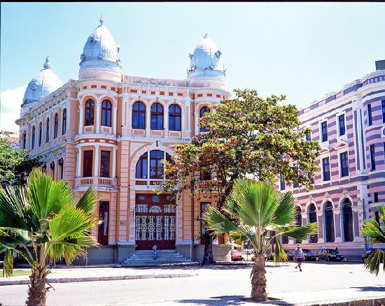 Recife in Pernambuco, was founded under the protection of natural reefs. Photo: C.Knepper/ Embra