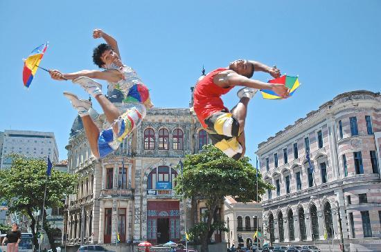 State of Pernambuco: Frevo dancers. Recife, Pernambuco - Photo: Secretaria de Turismo do Recife