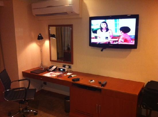 Eastwood Richmonde Hotel: desk and tv area