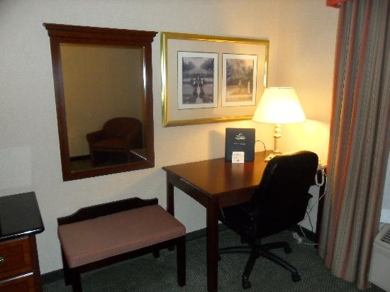 Holiday Inn Express Hotel & Suites North Seattle - Shoreline: Desk With Free Wired Internet Connection