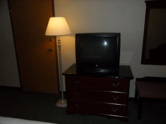 Holiday Inn Express Hotel & Suites North Seattle - Shoreline: Sad CRT TV With Good Channels