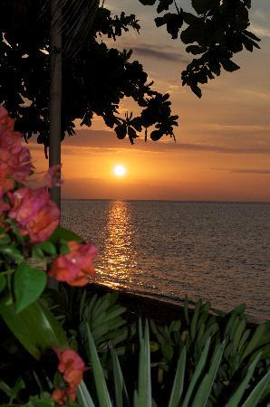 Kalibukbuk, Indonesië: Sunset at Frangipani